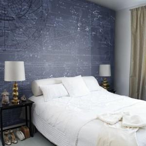 """Tapeta Mr.Perswall """"Star Map"""" przedstawia wyjątkowe gwiazdozbiory. Tapeta z gwiezdnym niebem dostępna jest w dwóch wersjach kolorystycznych. Fot.Mr Perswall."""