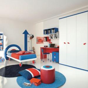 Czerwony w połączeniu z bielą i niebieskim tworzą ciekawe trio kolorystyczne. Fot. Colombini Casa.