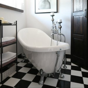 Stylowa wanna na lwich nóżkach zajmuje główne miejsce w łazience, będącej prywatną oazą Pani domu. Była też pierwszą rzeczą, która znalazła się w tym wnętrzu. Projekt Magdalena Kwiatkowska. Fot. Bartosz Jarosz.