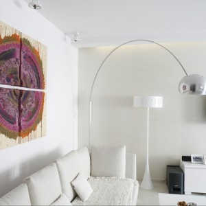 """Srebrna lampa podłogowa to designerski rarytas: model """"Arco"""" Flos (proj. Achille i Pier Giacomo Castiglioni z 1962 r.). Projekt: Piotr Gierałtowski. Fot. Bartosz Jarosz."""