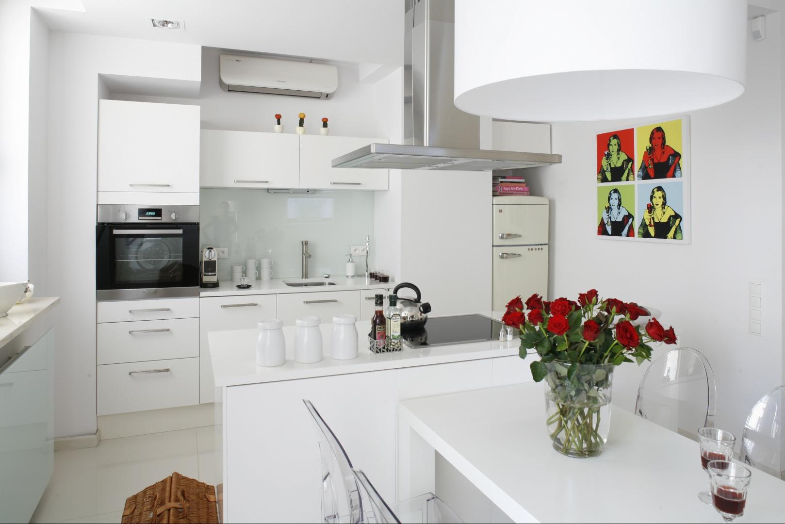 Otwarta kuchnia jest Kuchnia otwarta na salon Mała