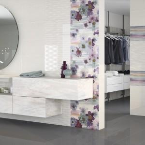 Białe płytki ceramiczne marki Ceramicas Fanal z kolekcji Iris do łączenia z dekorami w jasnych odcieniach fioletu. Fot. Fanal.