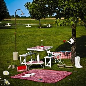 Zestaw akcesoriów ogrodowych przydatnych nie tylko na pikniku z najnowszej kolekcji lidera światowego designu - marki Seletti. Wszystkie w klasyczna, biało-czerwoną kratkę. Fot. Seletti.