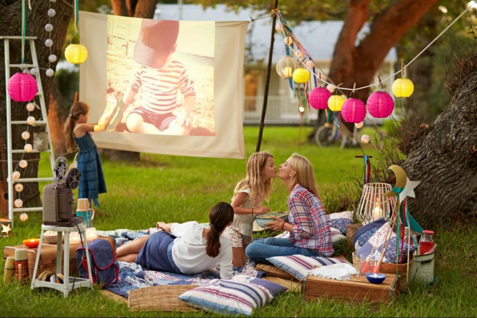 Koce, poduszki i lampiony z oferty Tchibo idealne do domu, ogrodu i na piknik. Fot. Tchibo.