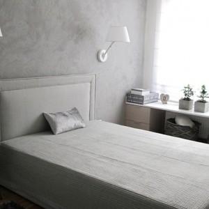 Białe oprawy świetnie prezentują się w minimalistycznej sypialni na tle szarej ściany. Fot.Benjamin Moore.