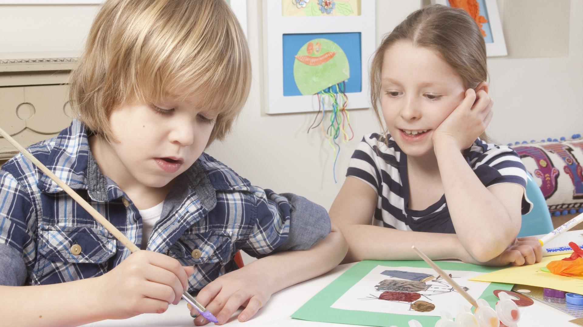 Rysowanie, malowanie czy wyklejanie w znaczącym stopniu wpływają na rozwój manualny dziecka. Fot. Articulate.