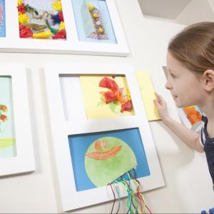 Efekty zajęć plastycznych dzieci można wykorzystać do urozmaicenia wyglądu ścian. Fot. Articulate.