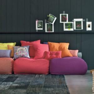 Multikolorowa sofa marki Twils rozweseli nawet najbardziej ponure wnętrze. Fot. Twils.