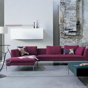 Sofa Charles marki B&B Italia w kolorze śliwki. Fot. B&B Italia.
