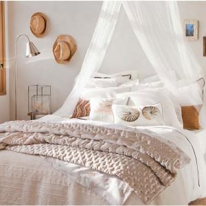 Delikatne ramki z kolorowymi zdjęciami wprowadzają do spokojnej sypialni odrobinę koloru. Fot.Zara Home.