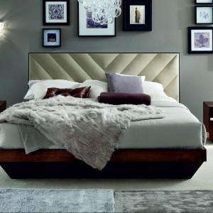 Ramki o różnych kształt wprowadzają do sypialni dynamiczny efekt. Fot.Kler.