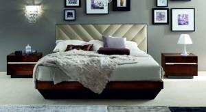 Dekoracja z ramek i obrazów to modne oraz efektowne rozwiązanie, które możemy zastosować na dowolnej ścianie w sypialni. Dzięki temu w szybki i łatwy sposób zmienimy wystrój zarówno klasycznego jak i nowoczesnego wnętrza.