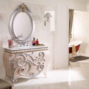 Szafka pod umywalkę z kolekcji mebli łazienkowych Canto marki GamaDecor o klasycznej linii. Wykonana z drewna dębowego zachwyca pięknymi zdobieniami wykończonymi kryształkami Swarovskiego oraz roślinnym ornament. Fot. GameDecor.
