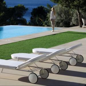 Eleganckie leżaki marki Fuera Dentro wykonano z białego ekorattanu. Stylowe kółka ułatwiają ich przemieszczanie. Fot. Fuera Dentro.