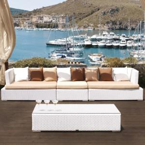 Sofa modułowa Charlie marki Talenti została wykonana z białego ekorattanu. Wizualnie ocieplają ją beżowe siedziska oraz brązowe poduszki. Fot. Talenti.