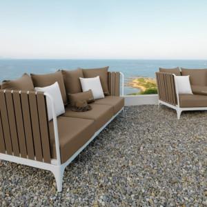 Trzyosobowa sofa i fotele z kolekcji mebli ogrodowych Stripe marki Talenti w komplecie z wygodnymi siedziskami w kolorze jasnego brązu. Fot. Talenti.