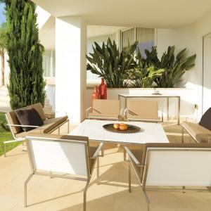 Sofy i fotele z kolekcji mebli wypoczynkowych Bandoline marki Viteo dedykowanych na zewnątrz charakteryzują obszerne formy siedzisk, których poduchy wykonano w pięknych odcieniach brązu. Fot. Viteo.