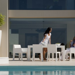 Krzesła i stoły z kolekcji Mesa marki Vondom wyróżnia w pełni zgeometryzowana bryła oraz czystość bieli, w którą zostały ubrane. Fot. Vondom.