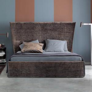 Łóżko Capri z wysokim zagłówkiem o nietypowym kształcie. Fot. Letti & Co.