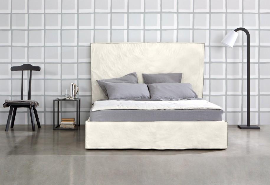 Nowoczesne łóżko High z prostokątnym,wysokim zagłówkiem. Fot. Letti & Co.