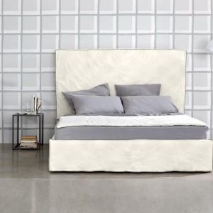 Nowoczesne łóżko High z prostokątnym,gładkim, wysokim zagłówkiem. Fot. Letti & Co.
