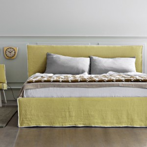 Łóżko Linea z tapicerowanym, prostokątnym zagłówkiem. Fot. Letti & Co.