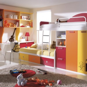 Kolorowe łóżko piętrowe z szafą. Fot. Circulo Muebles.