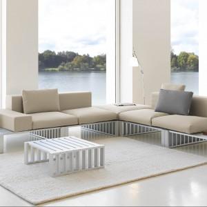 Meble modułowe Docks marki Gandiablasco zostały stworzone z myślą o ogrodach i tarasach, jednak ich bardzo elegancki design sprawia, iż doskonale sprawdzą się również w nowoczesnych  wnętrzach. Fot. Gandiablasco.