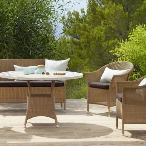 Piękny ogród ze stołem w roli głównej