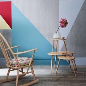 Drewniane krzesło na biegunach sprawdzi się we wnętrzach w skandynawskim stylu. Fot. Becky and Lolo.