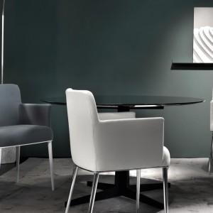 Krzesła w uniwersalnym kształcie sprawdzą się zarówno w nowoczesnych, jak i klasycyzujących wnętrzach. Fot. Busnelli.