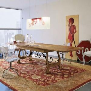 Wykorzystanie trzech krzeseł w różnej stylistyce wniesie do salonu nieco ekstrawagancji. Fot. Marchetti.