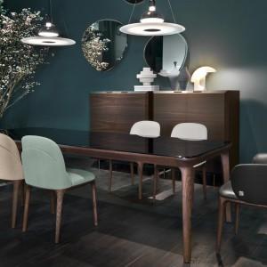Jedna forma krzeseł w różnej kolorystyce - ciekawy sposób na odmianę aranżacji. Fot. Busnelli.