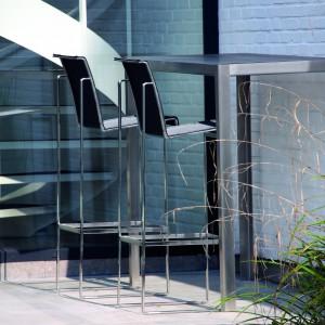 Minimalistyczny zestaw barowy marki Fuera Dentro o nieco industrialnym wyglądzie wykonany został z aluminium. Fot. Fuera Dentro.