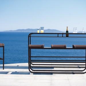 Stół i ława z kolekcji Tandem marki Ego Paris o bardzo awangardowym wyglądzie. Wykonany z czarnego aluminium doskonale sprawdzi się w nowoczesnych aranżacjach ogrodu czy tarasu. Fot. Ego Paris.