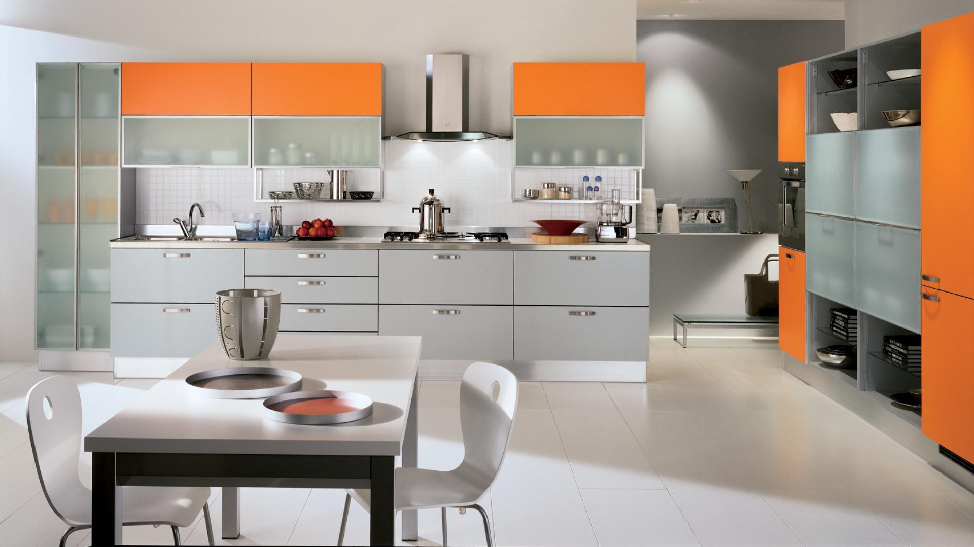 Meble do kuchni z kolekcji Dream firmy Scavolini. Połączenie koloru szarego i pomarańczowego dało świetny efekt. Stonowane wnętrze nabrało pozytywnej energii. Intensywny odcień pomarańczy doskonale je ożywił.