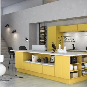 Meble do kuchni z kolekcji Mono z oferty firmy HTH. Fronty w żółtym kolorze są mocnym akcentem we wnętrzu. Zostały jednak stonowane przez zastosowanie koloru szarego zarówno na ścianach jak i na podłodze.