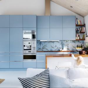 Meble do kuchni z kolekcji Line firmy Ballingslōv. Fronty w pięknym, niebieskim kolorze to oryginalne i bardzo ciekawe rozwiązanie. Brak uchwytów nadaje im jeszcze bardziej nowoczesny charakter.