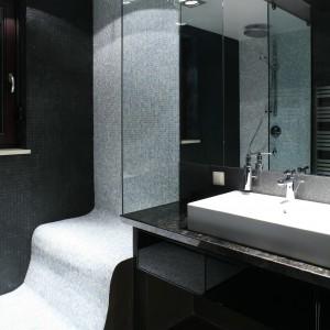 W wykonanej pod wymiar kabinie prysznicowej prym wiedzie mozaika w dwóch kontrastujących ze sobą barwach. Jej biały pas stanowi stylistyczny przerywnik dla dominującej czerni. Projekt Dominik Respondek. Fot. Bartosz Jarosz.