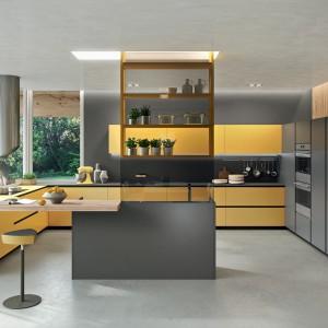 Meble do kuchni z kolekcji Ak 04 firmy Arrital Cucine. Połączenie żółtego i szarego w tym nowoczesnym wnętrzu sprawdziło się doskonale. Jest ciekawie i oryginalnie.