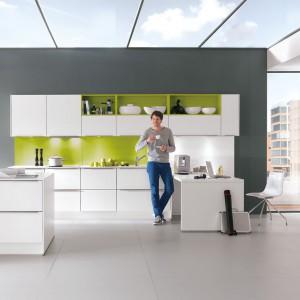 Meble z kolekcji Feel z ofery firmy Nobilia. Białe, matowe fronty pięknie ożywiają wykończenia w zielonym kolorze – w odcieniu limonki. Zestawienie idealne zarówno dla miłośników bieli, jak i kolorów.
