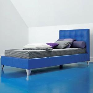 Dwukolorowe łóżko z pikowanym wezgłowiem stanowi centralny punkt aranżacji. Fot. Twils.