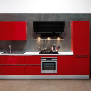 Meble do kuchni Oyster z oferty firmy Veneta Cucine. O nowoczesnej, prostej formie. Fronty w mocny, czerwonym kolorze pięknie ożywiają stonowaną przestrzeń.