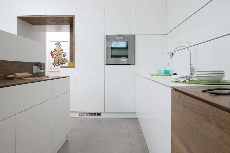 W części kuchni najbardziej Biała, nowoczesna kuchnia   -> Kuchnia Biala Ocieplona Drewnem