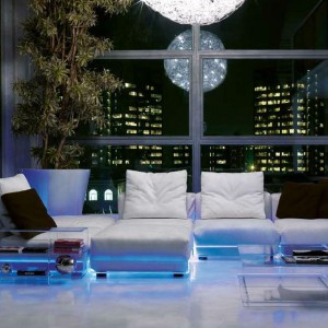 Jasna, obszerna sofa z kolekcji Asami Indoor Light podświetlana na niebiesko. Marka Colico Design. Fot. Colico Design.