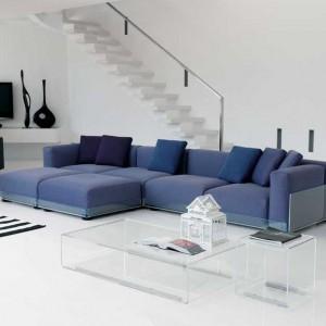 Wygodna, podświetlana sofa wykończona niebieską tapicerką. Fot. Colico Design.