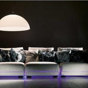 Trzyosobowa, wygodna kanapa podświetlana na fioletowo. Fot. Colico Design.