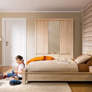 5- drzwiowa szafa z lustrem oraz dwoma szufladami z kolekcji Augustyn w wybarwieniu dąb sonoma. Fot. Black Red White.