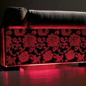 Nastrojowe oświetlenie mebla w czerwonym kolorze. Fot. Colico Design.