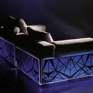 Dzięki graficznemu wzorowi na podświetlanej części sofy mebel zyskuje wyrazisty wygląd. Fot. Colico Design.